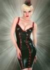 Onna Sacura in einem Outfit von Inner Sanctum