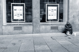 Frau vor Bank
