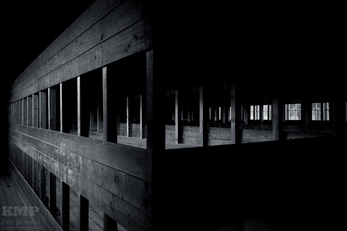 Schlafkoje der Häftlinge nachdem die Belegung des Lagers stark zugenommen hatte.