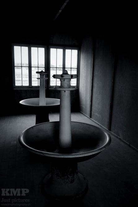 Waschraum in einer Häftlingsbaracke